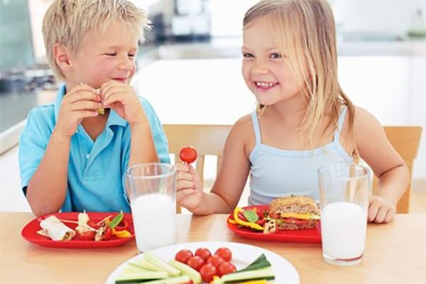 Mẹ nên tạo cho trẻ thói quen ăn vặt đúng giờ.