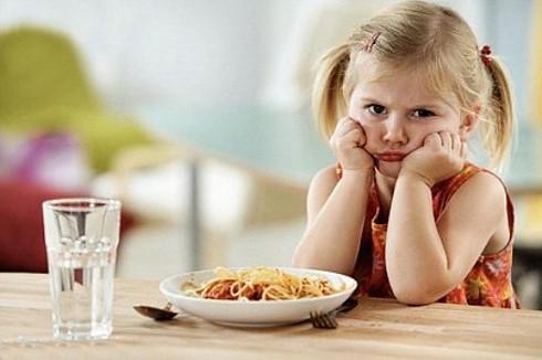 La mắng, ép buộc càng khiến trẻ biếng ăn kéo dài