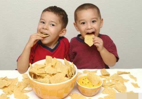 Không dụ dỗ, thỏa hiệp với trẻ khi ăn