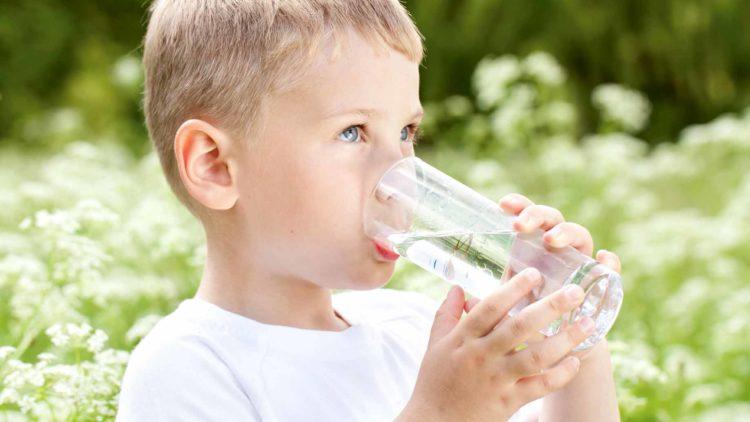 Trẻ không nên uống nước lạnh vào mùa hè