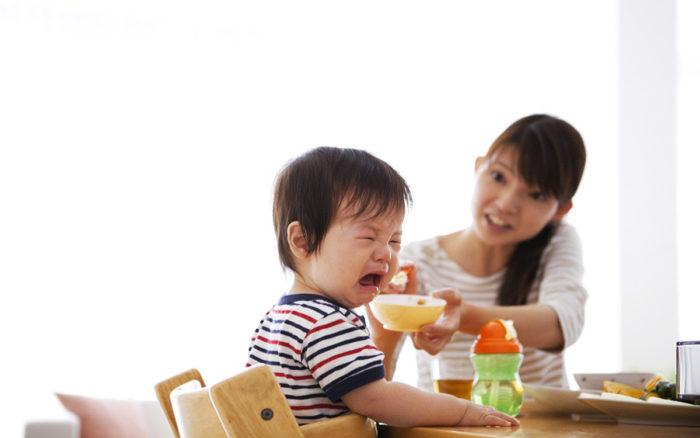 Trẻ lo sợ khi bị ép ăn