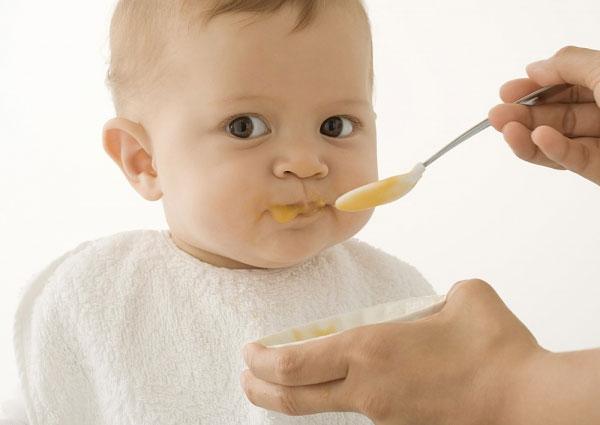 Bé 1 tuổi ăn bao nhiêu là đủ?
