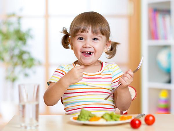 thực đơn cho bé 2 tuổi biếng ăn