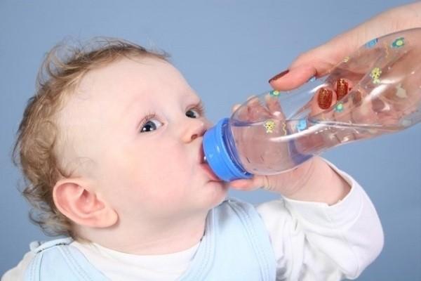 có nên cho trẻ sơ sinh uống nước không?