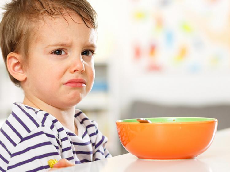 Mẹ nên làm gì khi bé 5 - 6 tháng không chịu ăn dặm?
