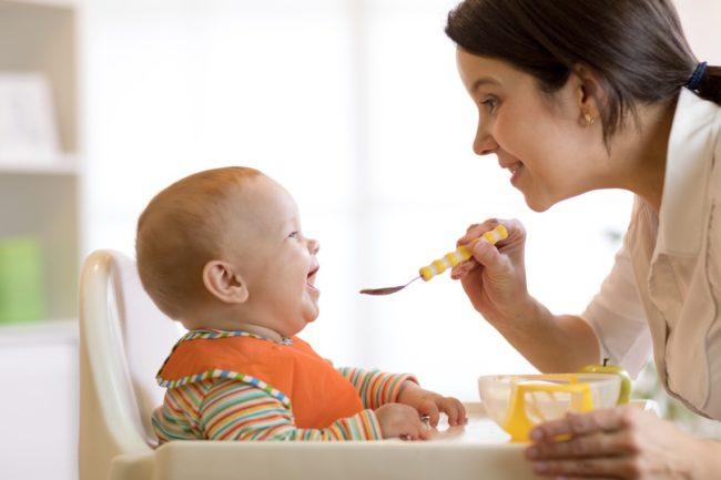 Cần tạo không khí thoải mái giúp trẻ ăn ngon miệng hơn