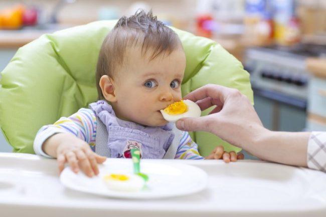 Trẻ 9-10 tháng tuổi đã mọc răng và có thể nhai thức ăn