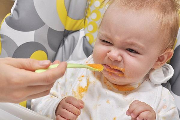 Cho bé ăn vào giờ cố định tốt cho đồng hồ sinh học của trẻ