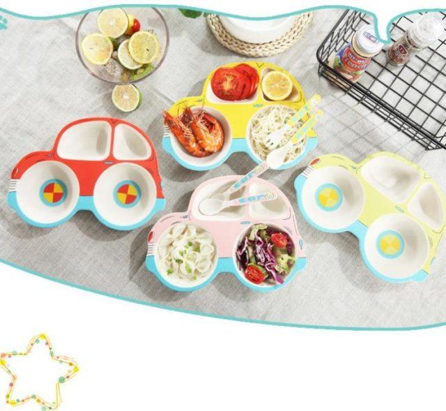 Lựa chọn cho trẻ những bộ bát, đĩa, thìa, đủ màu sắc rực rỡ để kích thích trẻ hứng thú hơn với bữa ăn.