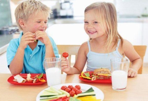 Không nên cho trẻ uống nhiều nước trước và trong khi ăn