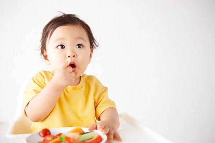 Mẹ nên tập cho trẻ thói quen chủ động khi ăn