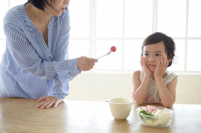 Từ bỏ tư tưởng nhồi nhét, ép trẻ ăn bằng mọi cách