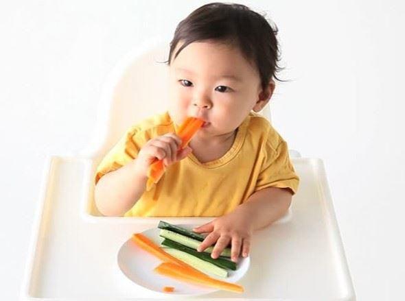 Lượng thức ăn dặm phải phù hợp với cân nặng của bé