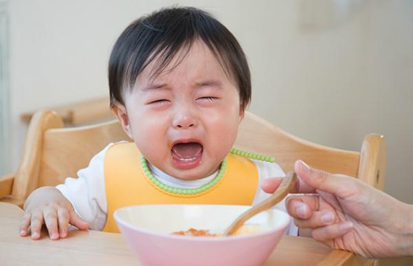Trẻ bị táo bón lâu ngày khiến trẻ biếng ăn