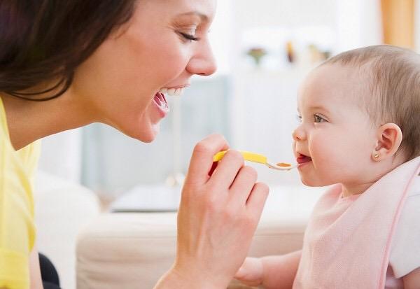 Tuyệt đối không cho trẻ ăn vặt trước bữa chính