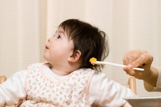 Trẻ 12 tháng biếng ăn bố mẹ nên làm gì?