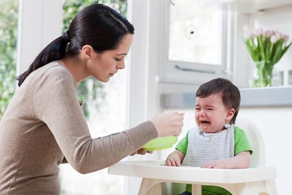 Tuyệt đối không ép trẻ ăn khi trẻ không muốn ăn