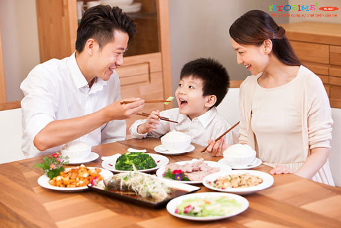Sắp xếp cho bé ăn đúng giờ và ăn cùng gia đình